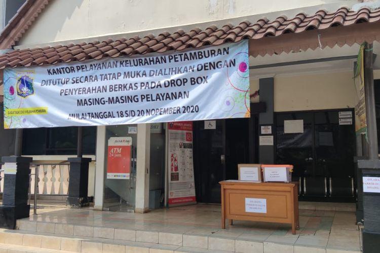 Suasana di Kantor Lurah Petamburan, Jakarta Pusat, tampak sepi, Kamis (19/11/2020). Aktivitas di kantor itu dihentikan untuk sementara karena Lurah Petamburan Setiyanto dinyatakan positif Covid-19.