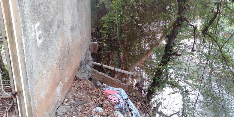 Bagian belakang bangunan yang ditempati Pierre miring karena tanahnya terkikis derasnya alirna air kali Ciliwung, Jumat (16/8/2019)