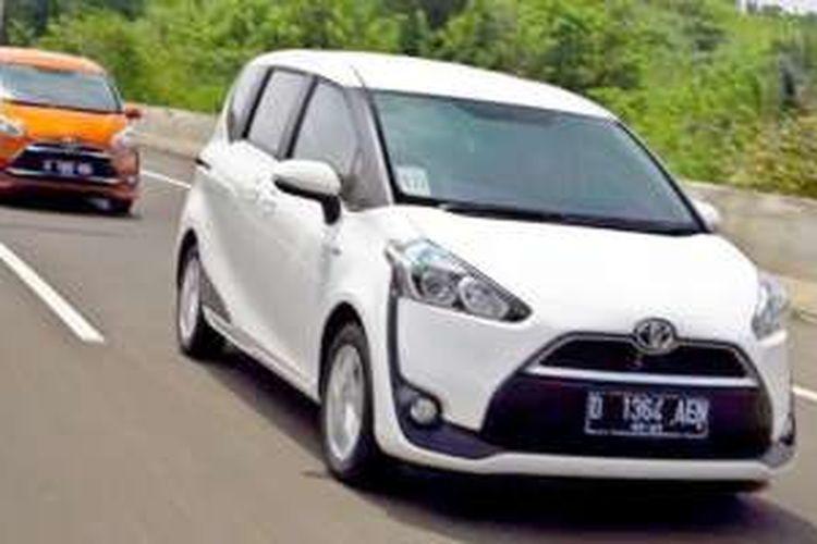 Sesi tes drive Toyota Sienta dilakukan Jakarta-Bandung untuk jurnalis, Kamis (21/7/2016).