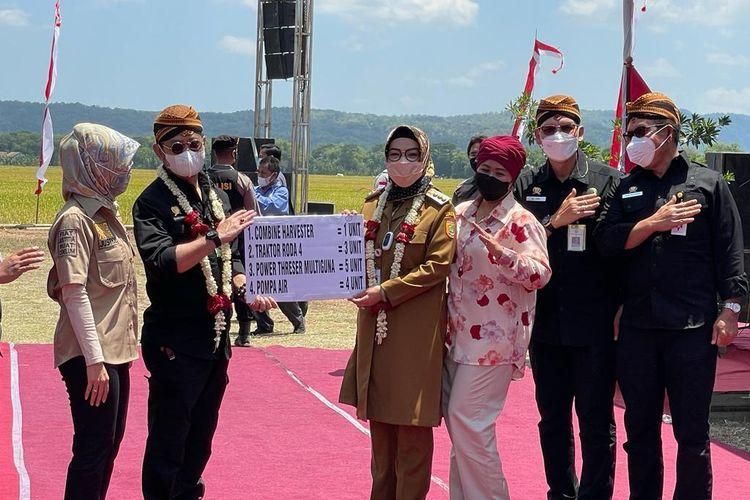 Menteri Pertanian (Mentan) Syahrul Yasin Limpo (SYL) menghibahkan Kredit Usaha Rakyat (KUR) Pertanian kepada sejumlah petani di Desa Tegalsari, Kecamatan Weru, Kabupaten Sukoharjo, Selasa (12/10/2021).