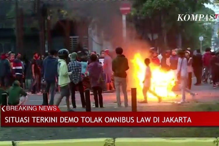 Beberapa orang membakar berbagai barang di Kwitang, Jakarta, Selasa (13/10/2020) petang.
