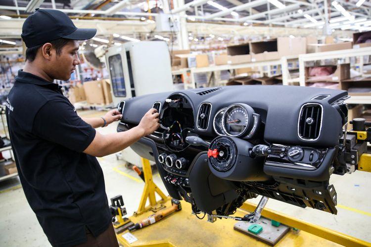 Pekerja menyelesaikan perakitan mobil New Mini Cooper Countryman di pabrik BMW Production Network 2, PT Gaya Motor, Jakarta Utara, Kamis (6/9/2018). Edisi pertama yang dirakit terdiri dari dua varian, yakni MINI Cooper Countryman dan New MINI Cooper S Countryman Sports.
