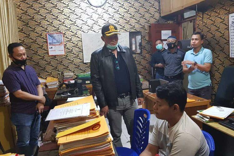 Terduga pelaku penganiayaan pengemudi ojol, AK (23), saat diamankan di Polresta Pekanbaru, Riau, Sabtu (4/7/2020).
