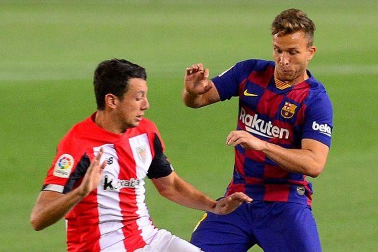 Gelandang Barcelona, Arthur Melo, berjibaku menghadapi dua pemain Athletic Bilbao pada laga lanjutan Liga Spanyol, 23 Juni 2020.