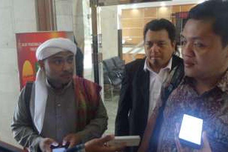 Wakil Ketua ACTA Novel Chaidir Hasan Bamukmin didamping pengacaranya saat diperiksa sebagai saksi di Bareskrim Polri, Jakarta, Rabu (16/11/2016).