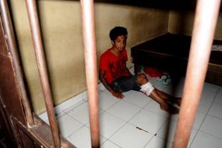 inilah Rais Bakri alias Ical, tersangka pencurian kendaraan bermotor saat berada di sel Polres Kolaka. Polisi menembak kaki bagian kanan saat hendak melarikan diri ketika mau ditangkap.