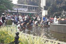 Massa Aksi MK Ambil Wudu dari Kolam Air Mancur Patung Kuda