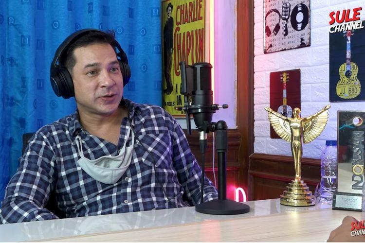 Artis peran Ari Wibowo menjadi bintang tamu podcast Sule Channel.