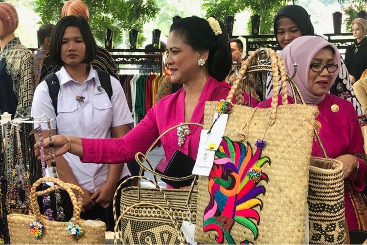 Ibu Negara Iriana saat melihat-lihat produk lokal yang dipamerkan di halaman Istana Presiden Bogor, Sabtu (21/4/2018) dalam rangka memperingati Hari Kartini.