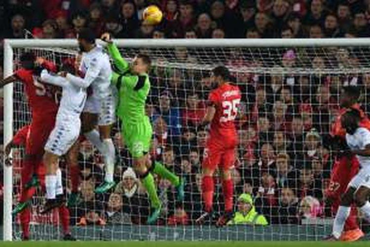 Penjaga gawang Liverpool, Simon Mignolet (tengah), melompat untuk melakukan penyelamatan dalam pertandingan perempat final Piala Liga Inggris melawan Leeds United di Anfield, Liverpool, Selasa (29/11/2016).