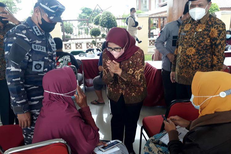 Bupati Blitar Rini Syarifah dan Sekretaris Daerah Izul Marom meninjau vaksinasi massal di halaman Kantor Pemkab Blitar, Kamis (14/10/2021)