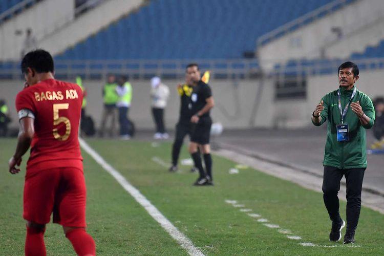 Pelatih tim nasional Indonesia U-23 Indra Sjafri (kanan) memberikan instruksi kepada pemainnya saat bertanding melawan tim nasional Brunei Darussalam U-23 pada pertandingan sepak bola Grup K kualifikasi Piala Asia U-23 AFC 2020 di Stadion Nasional My Dinh, Hanoi, Vietnam, Selasa (26/3/2019). Tim nasional Indonesia U-23 mengalahkan tim nasional Brunei Darussalam U-23 dengan skor 2-1.