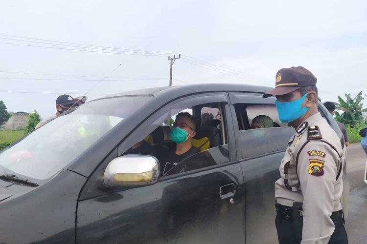 Polisi melakukan razia di bus diperbatasan pintu masuk kota Palembang, untuk mengantisipasi adanya penyusup dalam aksi antisipasi demo Omnibus Law Cipta Kerja, Senin (12/10/2020).