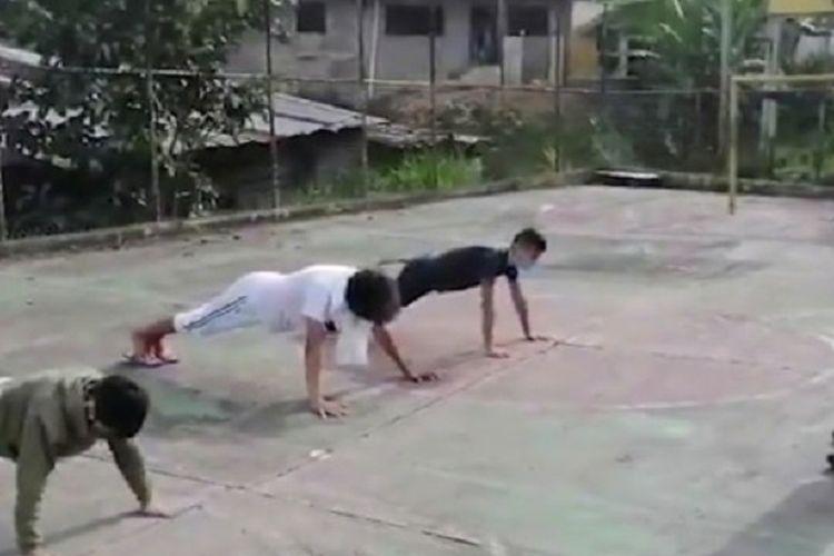 Potongan rekaman yang diunggah akun Twitter bernama Obeysser Prada memperlihatkan tiga pemuda menjalani push up dengan seorang anggota Garda Nasional mengawasi. Venezuela menerapkan hukuman tegas untuk mencegah kasus virus corona yang kembali meningkat.