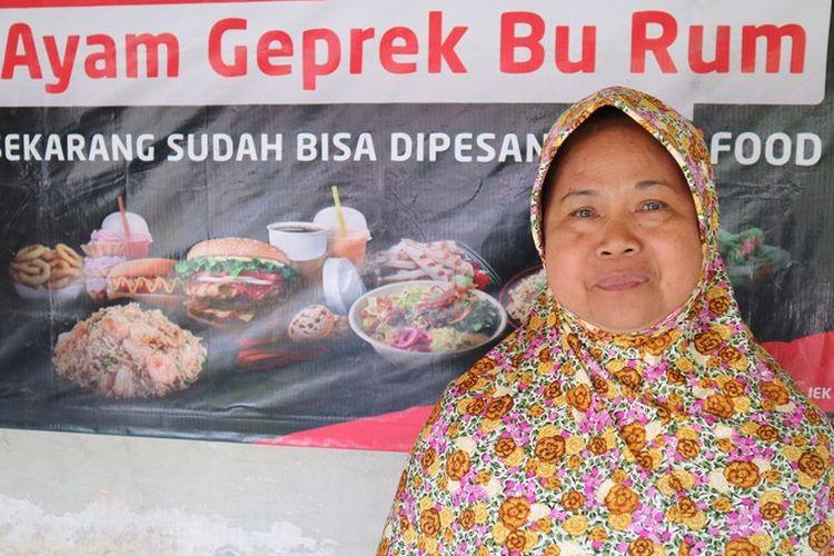 Ruminah (56) pendiri Warung Ayam Geprek Bu Rum, Yogyakarta.