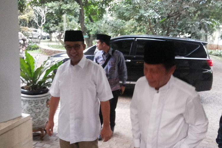 Mantan gubernur DKI Jakarta Sutiyoso saat menyambut gubernur terpilih Anies Baswedan di rumahnya di Jalan Kalimanggis, Jatikarya, Jatisampurna, Bekasi, Senin (19/6/2016) sore.