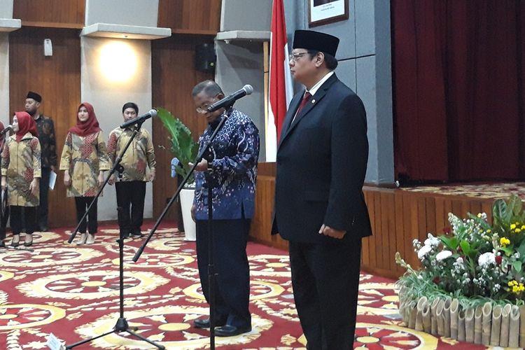 Menteri Koordinator Bidang Perekonomian Airlangga Hartarto ketika serah terima jabatan di kantor Kemenko Perekonomian di Jakarta, Rabu (23/10/2019).