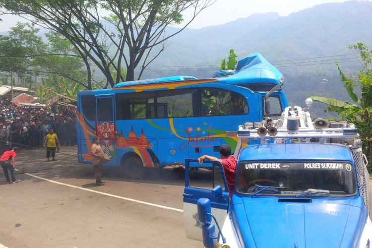 Evakuasi mini bus masuk jurang di Tanjakan Letter S, Bantarselang, Kecamatan Cikidang, Sukabumi, Jawa Barat, Minggu (9/9/2018).