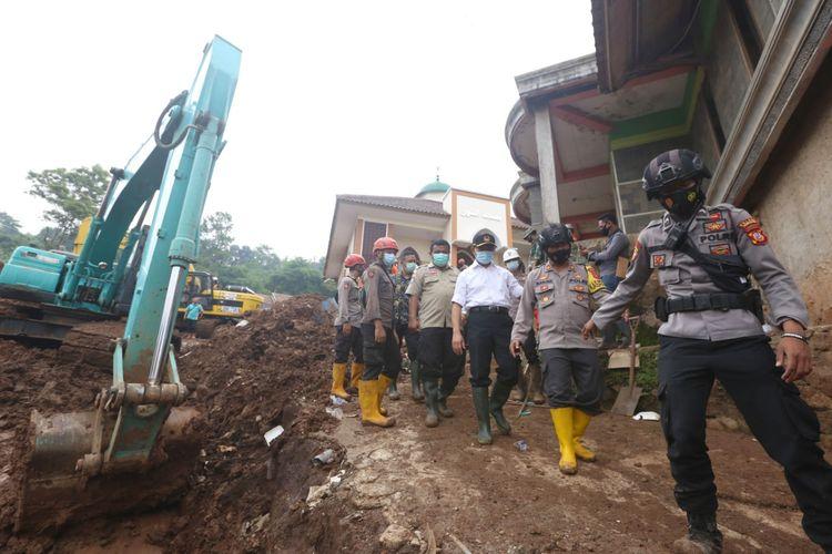 Menko PMK Muhadjir Effendy (kemeja putih) saat melakukan kunjungan ke lokasi longsor di Desa Cihanjuang, Kecamatan Cimanggung, Kabupaten Sumedang pada Sabtu (9/1/2021).