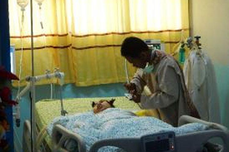 Sihatul di rawat di RSUD Blambangan di dampingi suaminya Senin (12/05/2014)