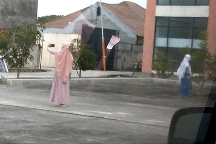 Seorang diduga terkonfirmasi Covid-19 berswa foto di halaman wisma P4TK-BBL Medan pada Rabu (21/10/2020) siang tadi.