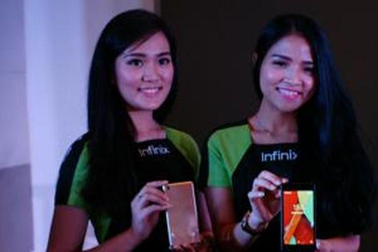 Dua orang model menunjukkan ponsel terbaru Infinix Hot, di Jakarta, Senin (28/9/2015)