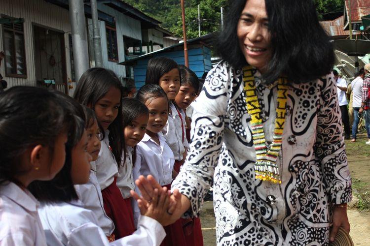 SD yang terletak di wilayah perbatasan Desa Samaenre Semaja, Kabupaten Nunukan, Kalimantan Utara ini hanya punya satu guru, itu pun tengah hamil tua.