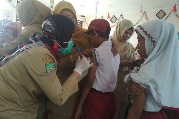 Dinas Kesehatan Kota Tangerang lakukan vaksinasi difteri di SDN 3 Karawaci, Tangerang, Senin (11/12/2017).