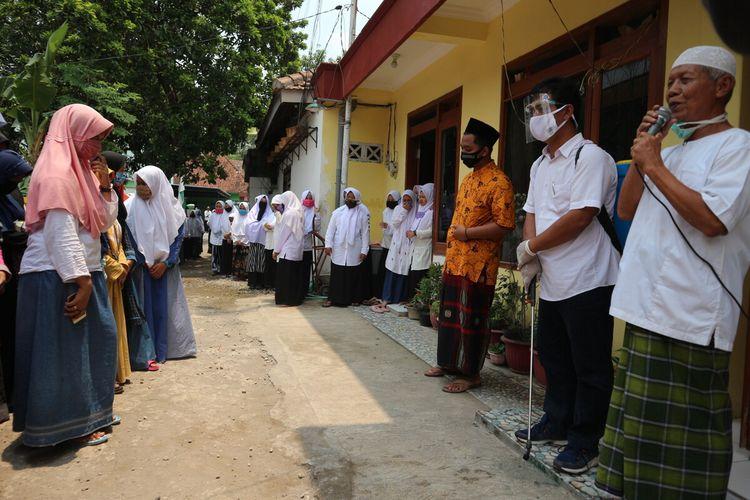 Suasana penyambutan 15 santri yang dinyatakan sembuh dari Covid-19, di Pondok Pesantren Tahfidzul Quran (PPTQ) Darussalam di Desa Gondek, Kecamatan Mojowarno, Kabupaten Jombang, Jawa Timur, Rabu (30/9/2020).