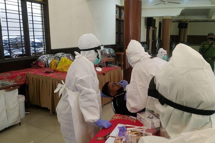 Para siswa SMP Al Irsyad Solo menjalani swab antigen di sekolah setempat, Selasa (24/8/2021).