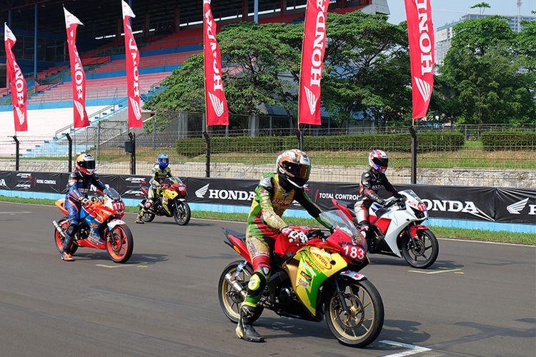 Para pebalap bersiap memacu motornya di garis start pada gelaran ICE Day 2019 di Sirkuit Sentul, Bogor.