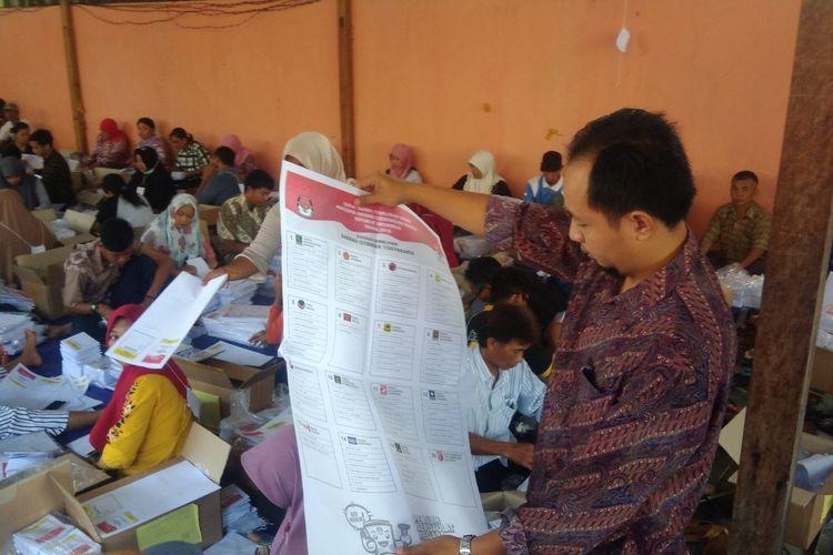 Komisioner KPU Gunungkidul Andang Nugroho membantu menyortir kertas surat suara, Rabu (20/3/2019)