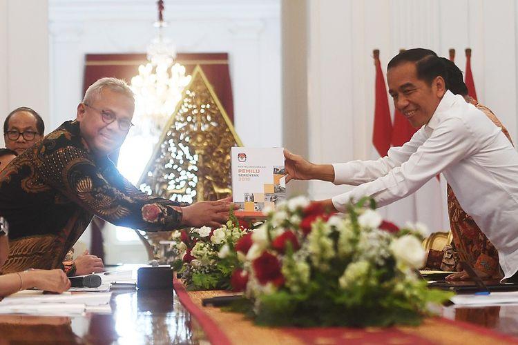 Presiden Joko Widodo (kanan) menerima buku laporan penyelenggaraan Pemilu Serentak tahun 2019 dari Ketua Komisi Pemilihan Umum (KPU) Arief Budiman dalam pertemuan di Istana Merdeka, Jakarta, Senin (11/11/2019). Dalam pertemuan itu pimpinan KPU memberikan laporan kepada Presiden terkait penyelenggaraan Pemilu Serentak 2019. ANTARA FOTO/Akbar Nugroho Gumay/ama.