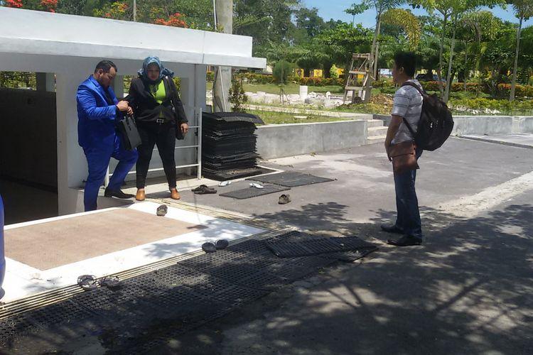 Terlapor HM (kanan) dan dua kuasa hukumnya di Mapolda Kepulauan Bangka Belitung, Rabu (13/2/2019).