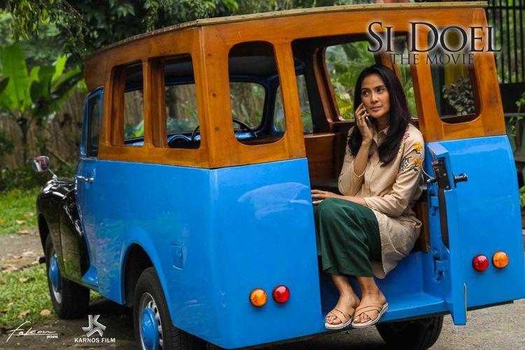 Artis peran Maudy Koesnaedi saat memerankan tokoh Zaenab dalam Si Doel The Movie.
