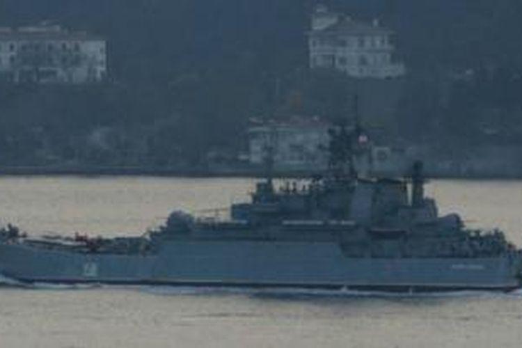 Kapal Rusia, Caesar Kunizov, terlihat berlayar di dekat Kota Istanbul, Turki.
