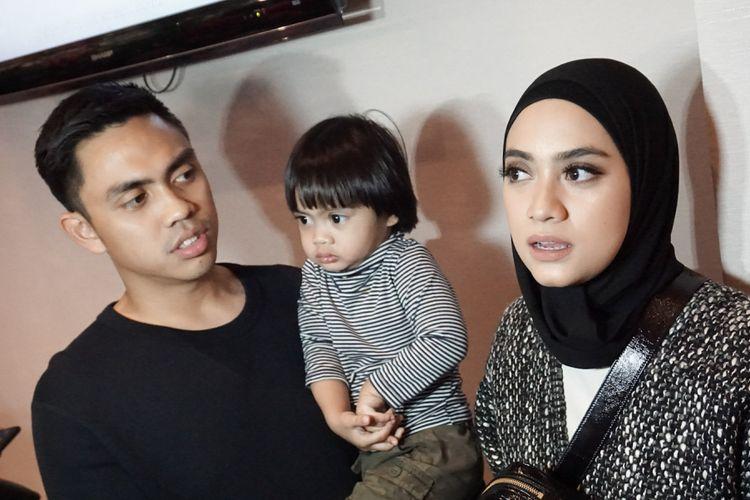 Artis peran Ayudia Bing Slamet bersama sang suami, pemusik Muhammad Pradana Budiarto atau Ditto dan putranya Sekala dalam gala premiere film Si Doel The Movie di XXI Epicentrum, Kuningan, Jakarta Selatan, Minggu (29/7/2018).