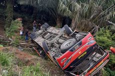 Lewati Medan Curam, Bus Berisi 33 Anggota Brimob Terguling di Jambi