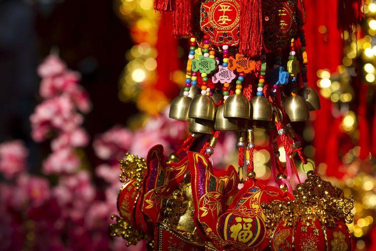 Menjelang perayaan tahun baru China (Imlek) 2571, Pedagang pernak-pernik Imlek mulai memadati kawasan Pecinan Glodok, Jakarta Barat, Selasa (14/1/2020). Berbagai macam dagangan seperti lampion, pakaian, bunga hiasan, dan angpau dijual dengan variasi harga yang berbeda.