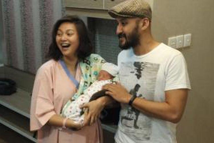 Aqi 'Alexa' bersama Audrey, menimang anak pertama mereka di RS Kemang Medical Care, Jakarta Selatan, Sabtu (25/7/2015).