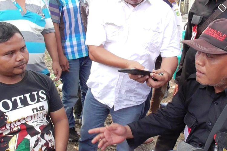 Suherman (kiri) nekat datang ke TPS 13 di Kelurahan Dwikora, Kecamatan Medan Helvetia, Kota Medan yang sedang melaksanakan PSU dengan menggunakan identitas palsu, Kamis (25/4/2019)