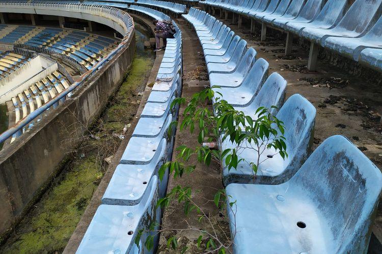 Rumput tumbuh di tempat duduk penonton Stadion Utama Palaran Samarinda Kalimantan Timur, Rabu (30/10/2019).