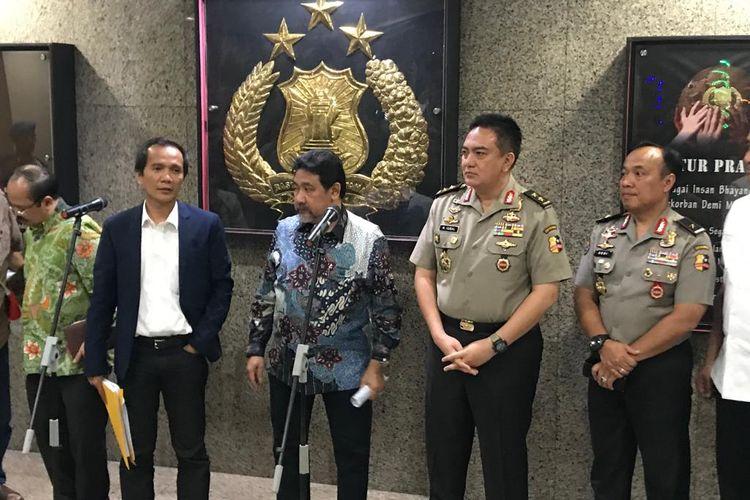 Anggota tim gabungan Novel Baswedan, Nur Kholis (jas biru), saat konferensi pers di Kompleks Mabes Polri, Jakarta Selatan, Selasa (9/7/2019).