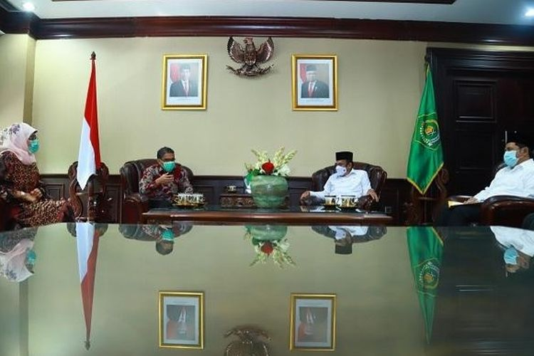Suasana pertemuan Rektor IAIN Manado Delmus Puneri Salim dengan Menteri Agama Fachrul Razi.