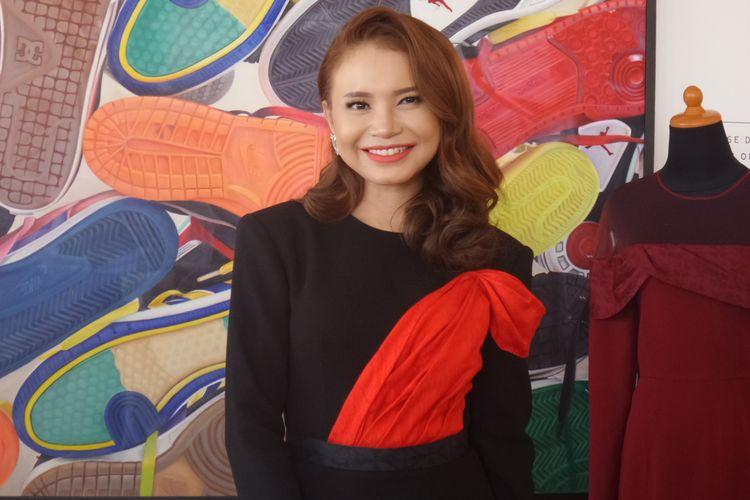 Penyanyi Rossa  di sela peragaan busana kolaborasi Satu Studio dan Cita Tenun Indonesia (CTI) di kawasan Senayan, Jakarta Selatan, Selasa (3/9/2019).
