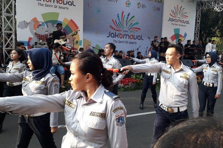 Dinas Perhubungan DKI Jakarta melakukan atraksi dalam Jakarnaval pada Minggu (8/7/2018).