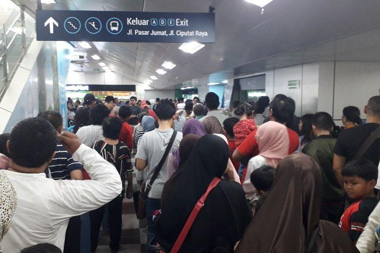 Antrean penumpang MRT yang hendak keluar dari Stasiun MRT Lebak Bulus, Rabu (17/4/2019).