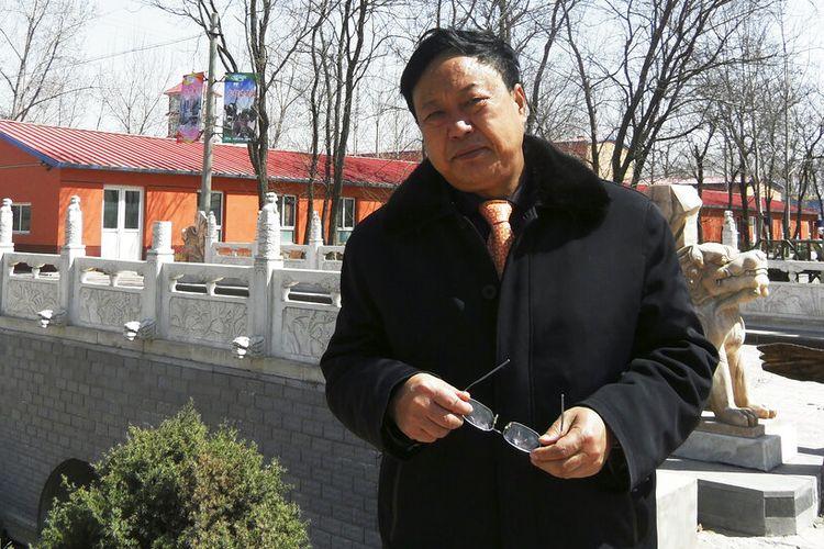 Dalam foto tanggal 2 April 2010 yang disediakan oleh Tim Hukum Grup Dawu, Sun Dawu berdiri di Baoding di Provinsi Hebei, China utara.