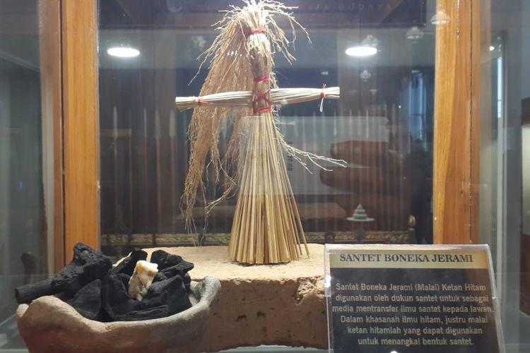Koleksi boneka santet di Museum Ganesya, Kota Malang, Selasa (14/1/2020)