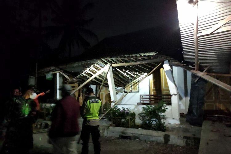 Teras rumah nenek Musrifah di Desa Tegalrejo, Kecamatan Selopuro, Kabupaten Blitar roboh akibat gempa berkekuatan 5,9 SR yang berpusat di selatan Kabupaten Blitar, Jumat (21/5/2021) sekitar pukul 19.09 WIB
